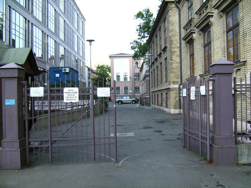 Az egyetem kapuján át vezet be az út