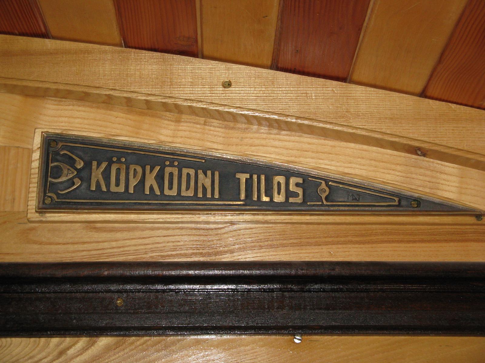 Köpködni tilos tábla egy régi villamoson