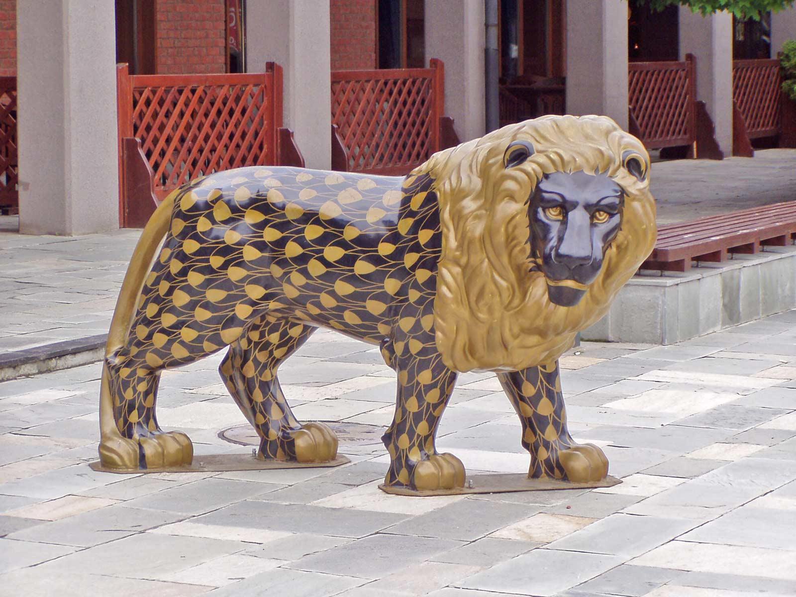 a gyár előtt 'sétáló' oroszlán